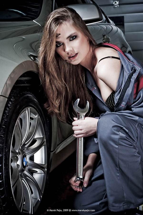 Здесь самые красивые девчонки устраняют поломки и натирают когда-то грязные машины! Что может сравниться с сексуальными движениями роскошных симпатяг?