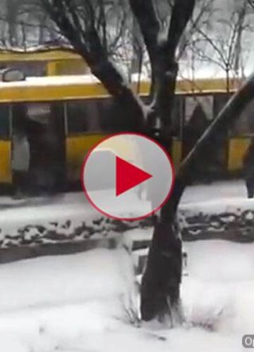 Уважаемые пассажиры, подтолкните пожалуйста автобус, Киев весна 2013